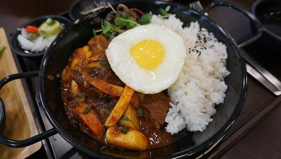 【悲報】海外「なぜ日本人は肉とライス一緒に食うの?焼肉とかご飯の上に肉のせて食ってるしw」