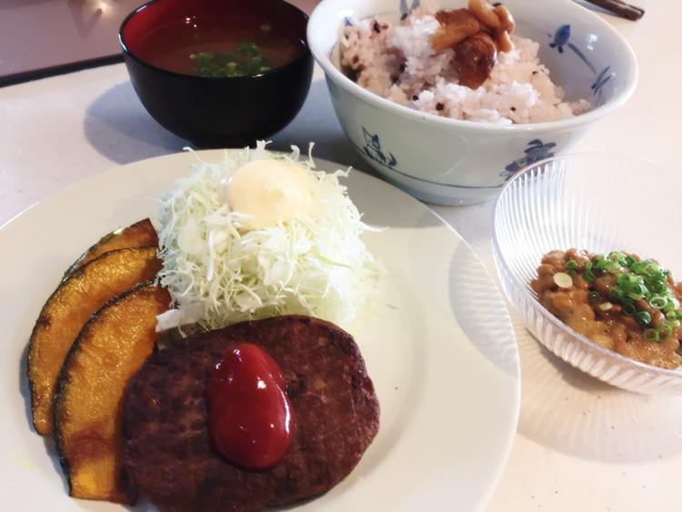 【画像】ニートぼくの作ったハンバーグ定食がこちら!!!!!!