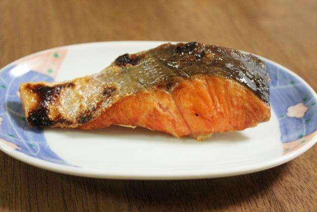 【悲報】鮭の皮を食べる奴、情弱だった