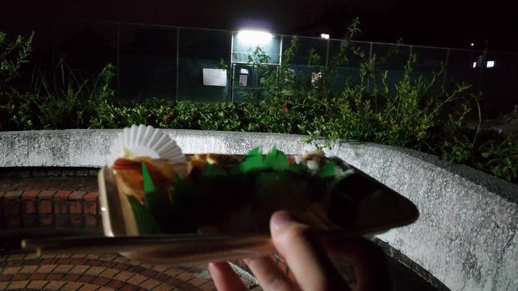 【朗報】夜中に公園でコンビニ弁当食うの楽しすぎwwwwwwww