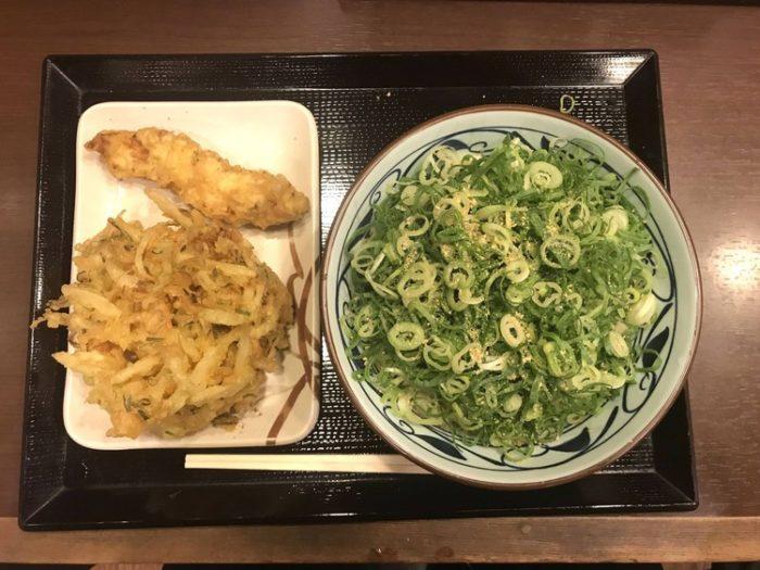 丸亀製麺「ぶっかけうどんにたくさんネギ乗せたで!名付けてネギだく!」香川県民「は?」