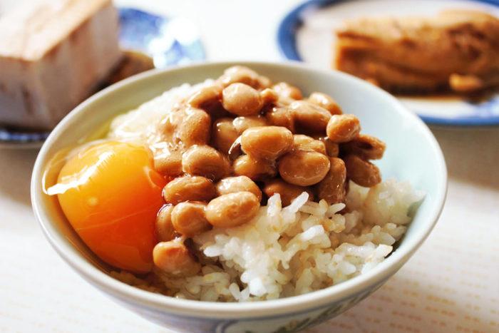 納豆に生卵を投入する食べ方は気持ち悪い? 約30%の人が「納豆に生卵はナシ」だと思っている事が判明