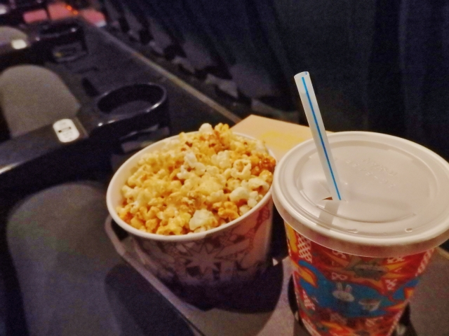 なんで映画館のフードメニューは法外な価格なの?