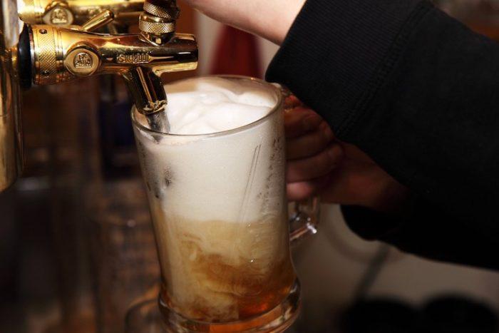 とりあえずビールの次にワイン…ちゃんぽん飲みはどの順番が良くないか?→結果「どの順番でも二日酔いになる 」=ドイツ研究