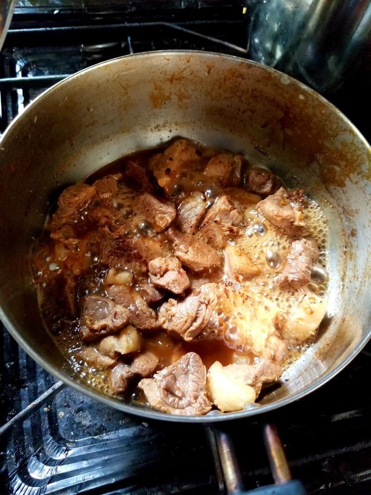 【画像有】4ヵ月前にもらってから冷凍庫で眠ってたイノシシの肉を料理してるんだが