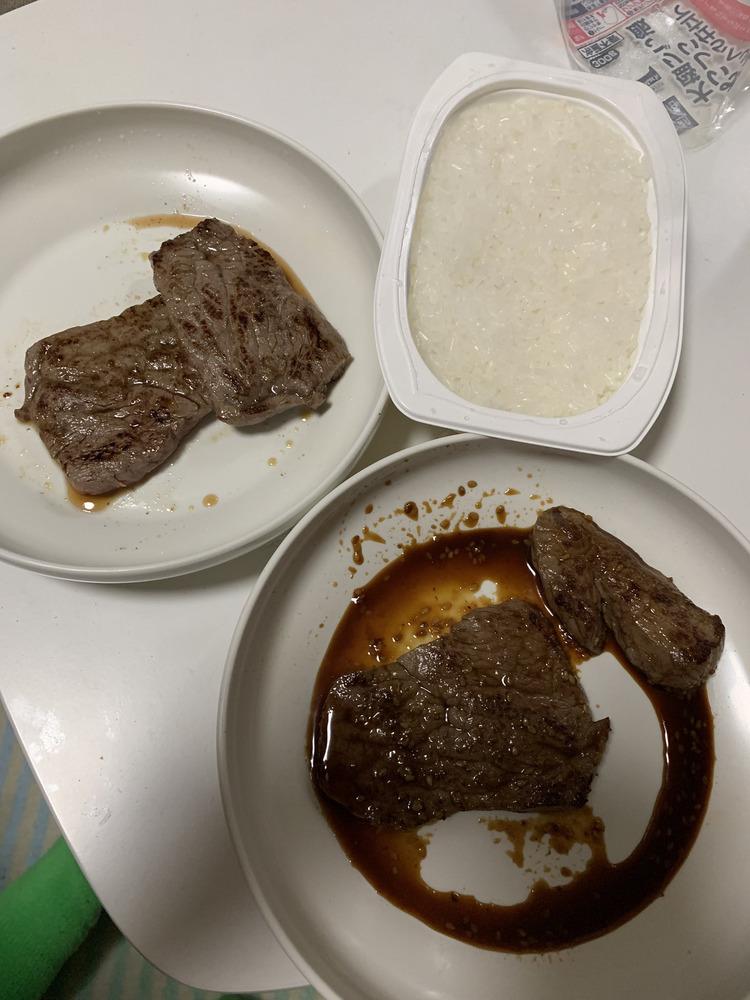 【画像】ニートがステーキ焼いてパックご飯で食べるwwwwww