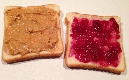 ピーナッツバターとジャムをべっとり塗ったサンドイッチがアメリカ人の定番の昼食らしい