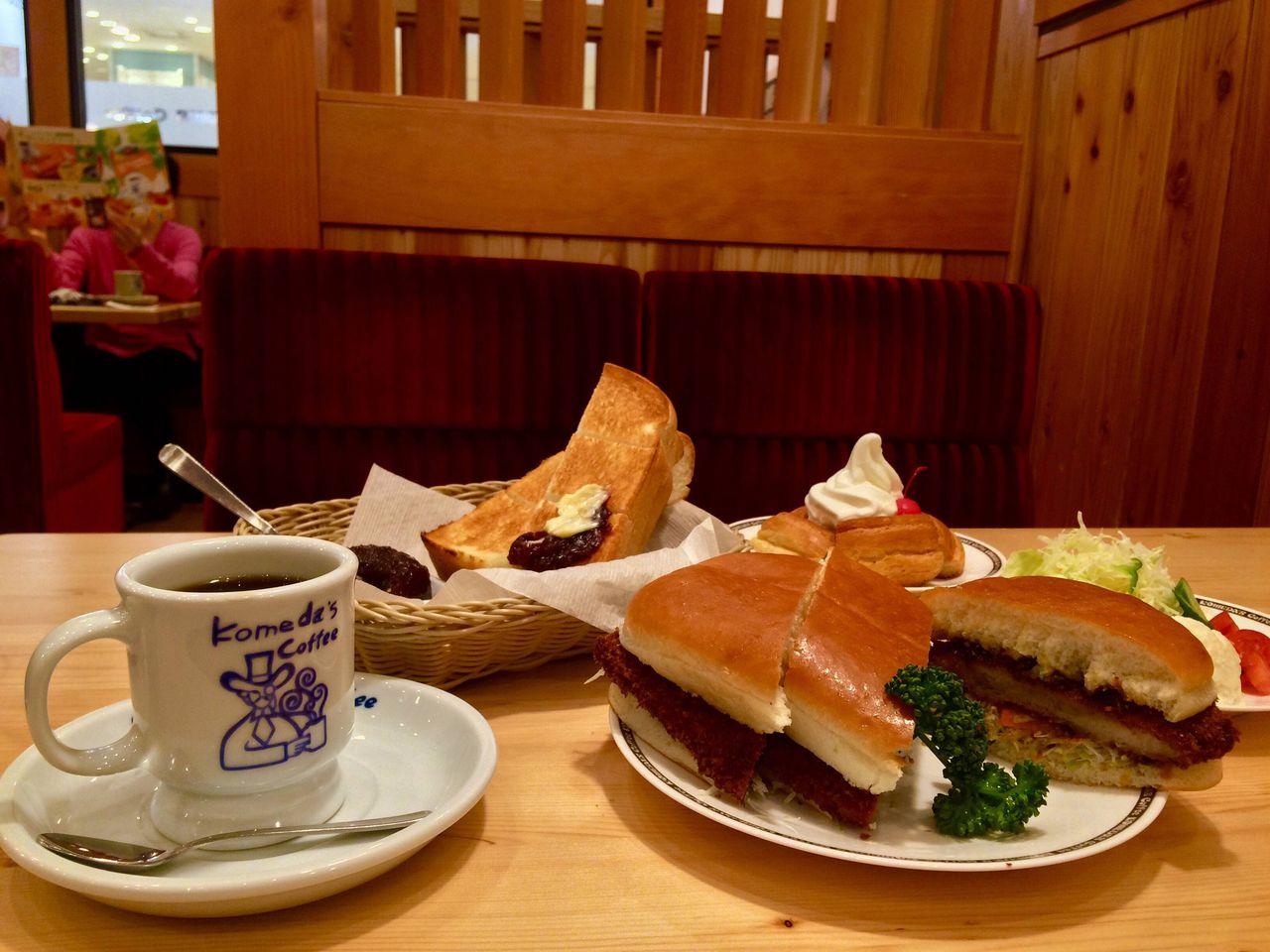 「コメダ珈琲」が狙う次の市場はパン 店内設置の石窯で焼く自家製パンを売りにする「石窯パン工房アデモック」を10月に沖縄県に出店