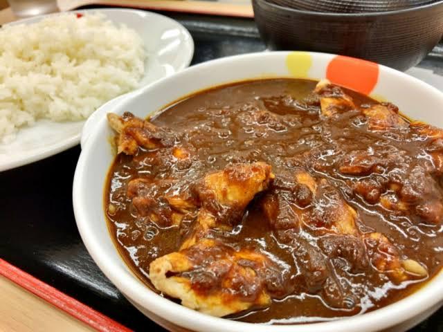 【画像】松屋でカレー食べる奴www