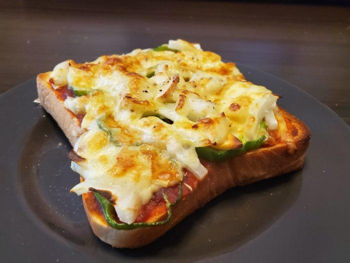 【画像】ワイ、ピザトースト6枚一気食いに挑戦中(赤ワイン付き)