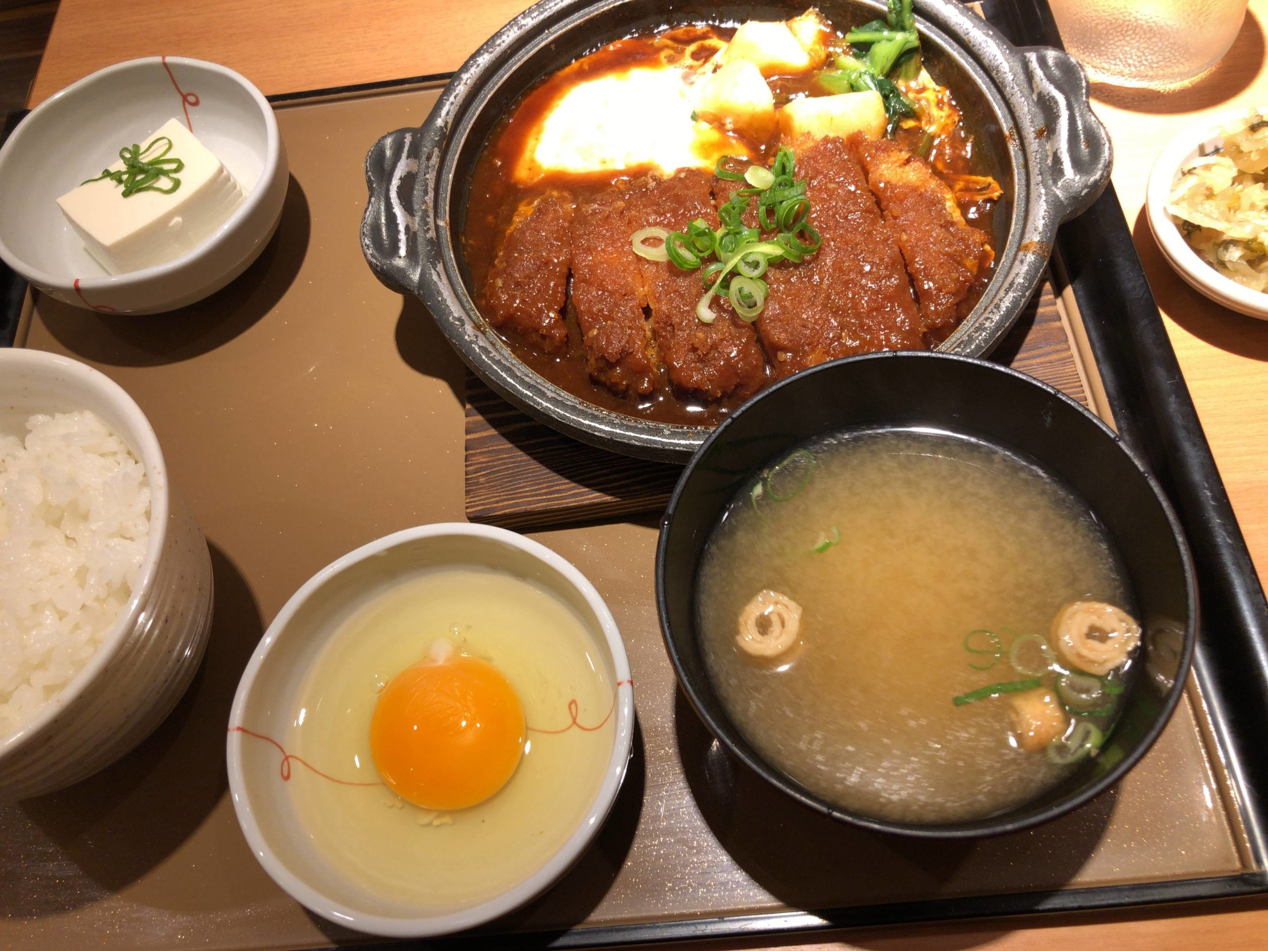 【画像】やよい軒で味噌カツ煮定食注文したで!!!!!!!!!!!!