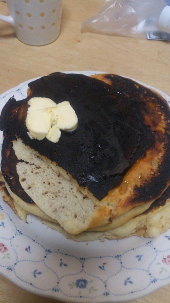【朗報】料理下手くそ俺くん、朝食にホットケーキを燒くも微妙な出来wwwwwwwwwwwwwww