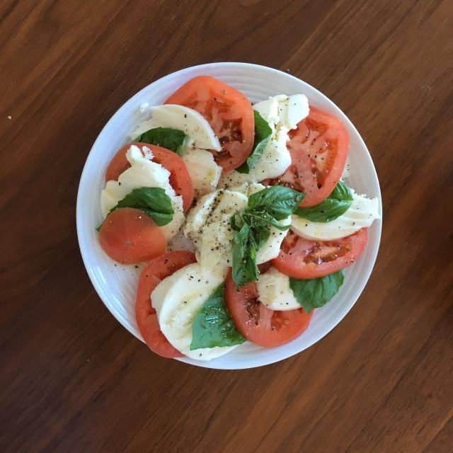 「モッツァレラチーズとトマトのサラダ」を実際食べてみた時のそうでもない感は異常