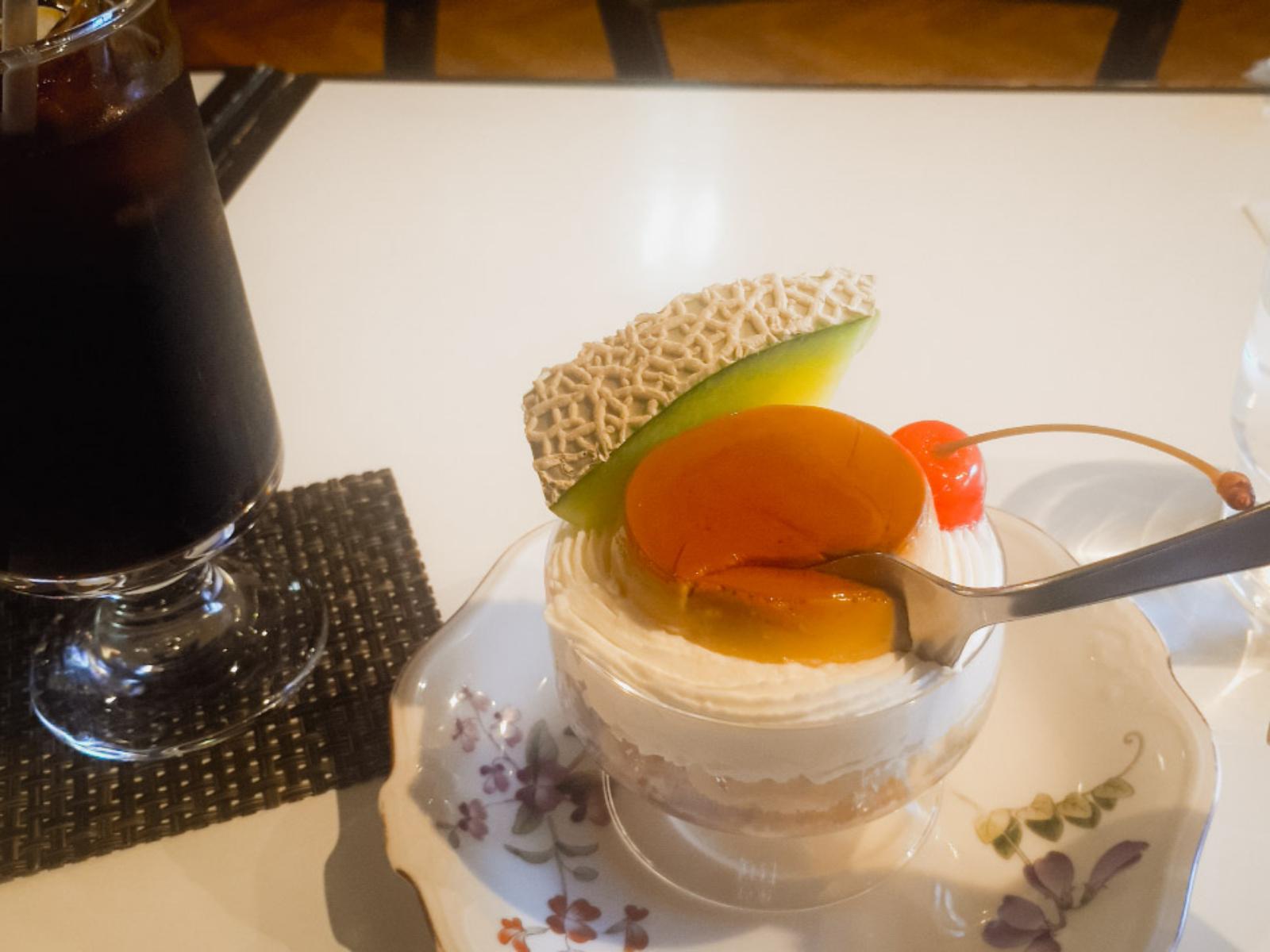 【画像】喫茶店で1人でプリンアラモード食ってる男wwwwwwwwwwwwwwwwww