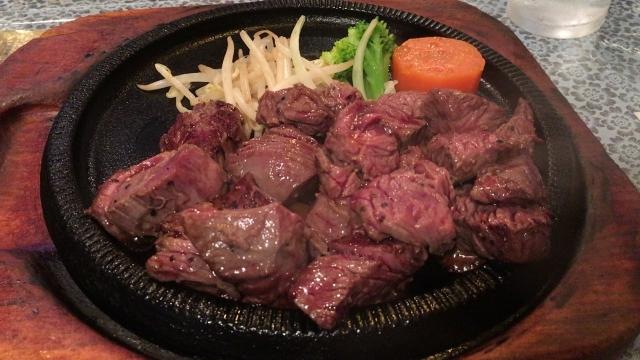 サイコロステーキ(成型肉)ってたまに食うと美味いよな