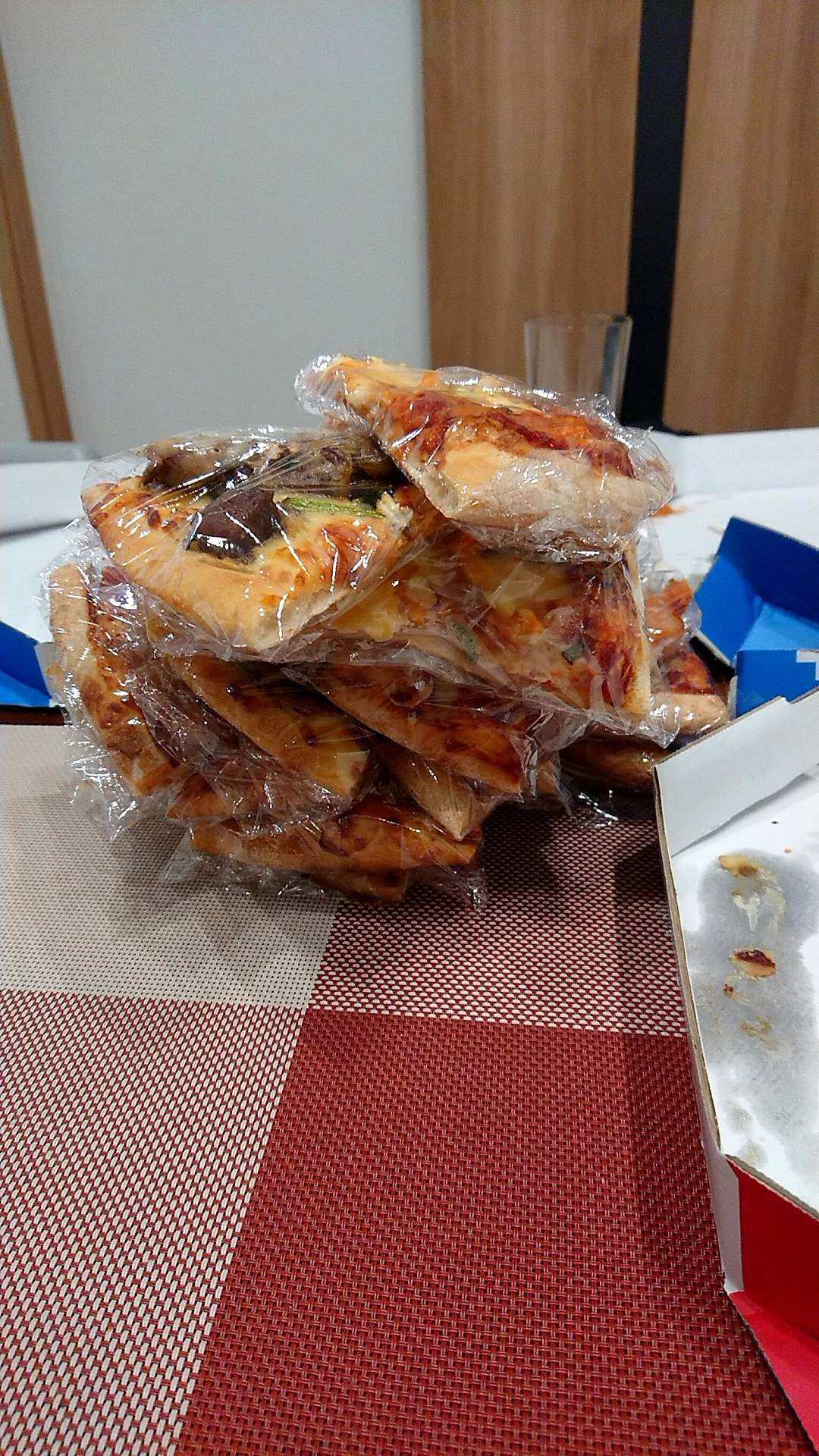 【悲報】ワイ氏、ドミノ・ピザLサイズを三枚注文し無事●●