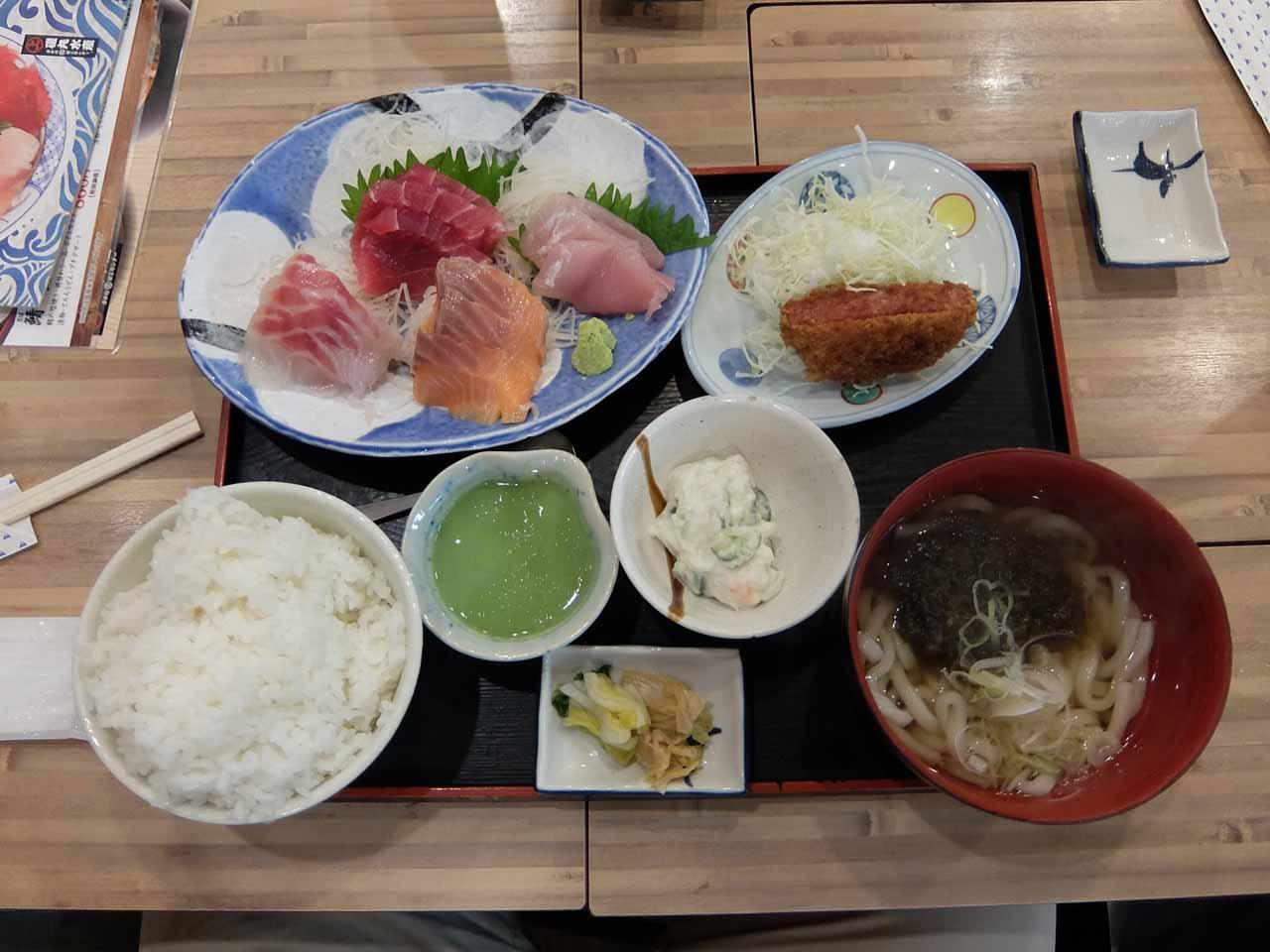 磯丸水産の満腹定食(1089円)が美味しいと話題