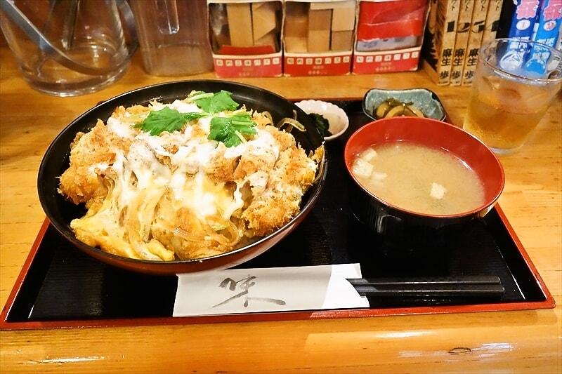 【画像】安倍晋三さん「こんなにボリュームがあって美味しいカツ丼が1000円で食べれるよ!」