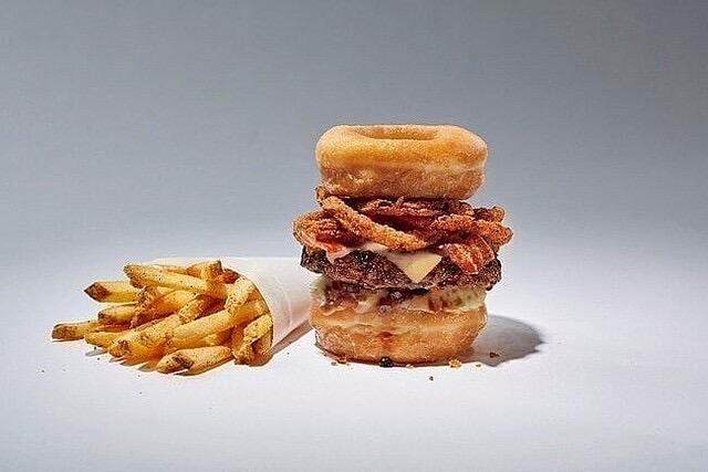 【朗報】パンの代わりにドーナツを使ったハンバーガーが日本上陸